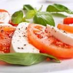 Como se llama la ensalada de tomate, albahaca y mozzarella