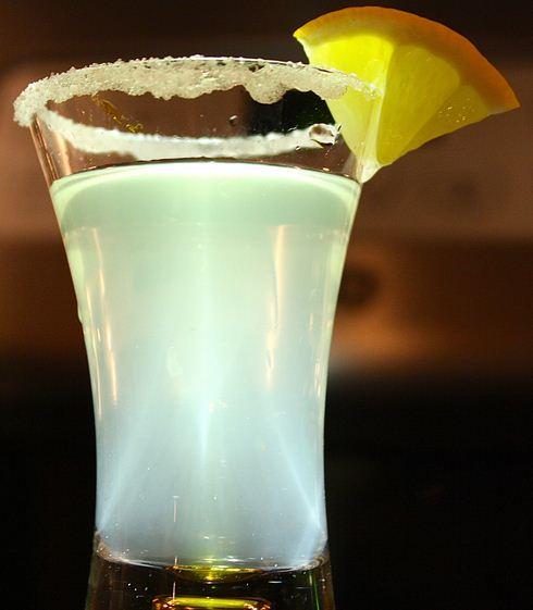 Como se llama el trago que se prepara con vodka y jugo de limón