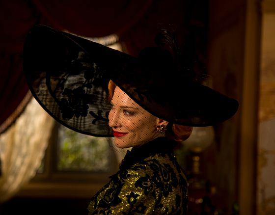 Como se llama la actriz que hace de la madrastra en la película La Cenicienta 2015