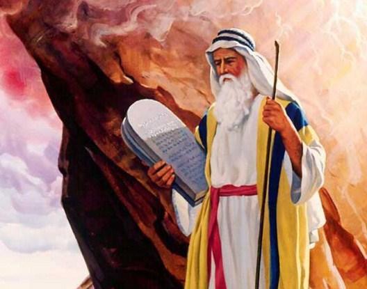 Como se llama el monte donde Moises recibio los mandamientos