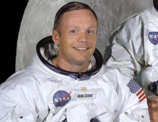 Como se llama el primer hombre que piso la luna