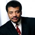 Como se llama el presentador de la serie Cosmos