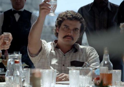 Como se llama el actor que hace de Pablo Escobar en Narcos
