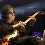 Como se llama la canción que Charly García cantó en Viudas e hijos del rock and roll